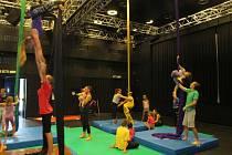 Trénink na šálách. Nejnáročnější aktivitou cirkusového tábora je akrobacie na šálách, proto ji instruktoři zařazují hned mezi dopolední činnosti.