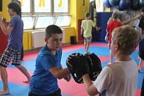 Děti se na příměstském táboře naučí základy kickboxu, trénink je dle vlastních slov baví.