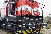 Podobné mašiny budou z jihlavské lokomotivky v příštích letech mířit hodně do Litvy a asi i na Ukrajinu. Na snímku elektronik Bohumil Míča.