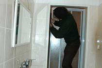 Mladí lidí objevili kameru, na kterou si je majitel bytu natáčel, čirou náhodou, když během strkanice rozbili zrcadlo v koupelně. Ilustrační foto.