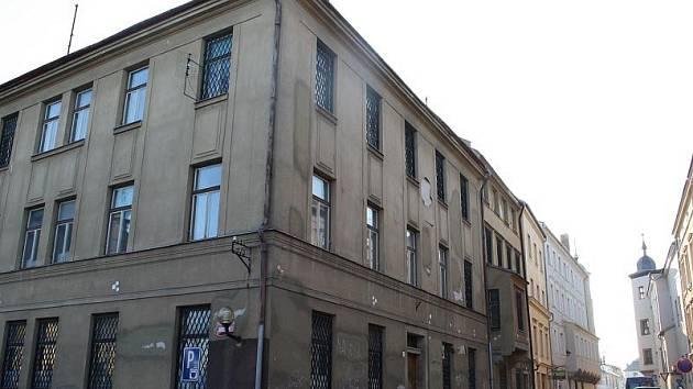 Dům leží na lukrativním místě krajského města – na rohu Jakubského náměstí a ulice U Mincovny.