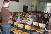 Redaktor David Lukšů včera mluvil s jihlavskými gymnazisty oživotě v komunistickém Československu.