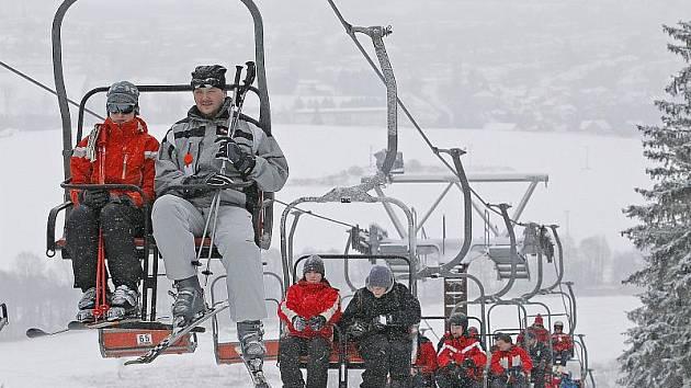 Na Harusově kopci, kde je jediná sedačková lanovka na Vysočině, provádějí terénní úpravy sjezdovky a chtějí zvýšit počet překážek ve snowboardparku.