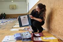 Balíčky. Materiály potřebné k volbám studentky dávají do jednotlivých balíčků.