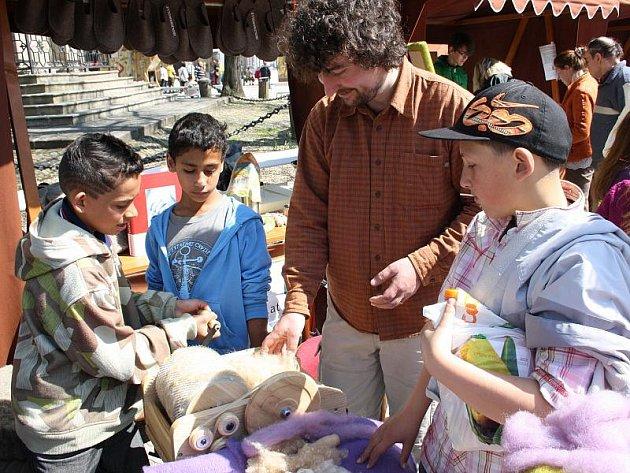 Ukázky zpracování a využití ovčí vlny včera na Masarykově náměstí přilákaly malé i velké zvědavce. Nejspokojenější byli ti, kteří si mohli česání vlny sami vyzkoušet.