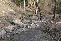 Překážka. Na části cyklotrasy mezi Jihlavou a Lukami nad Jihlavou leží zemina a kameny, které brání vjezdu aut.