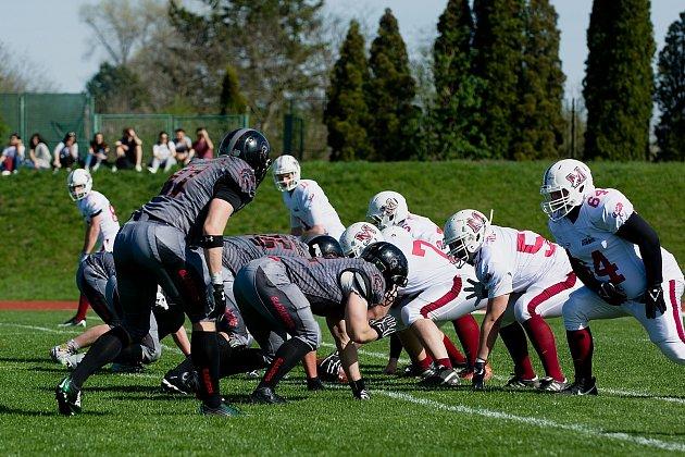 Utkání Přerov Mammoths (vbílém) vs. Vysočina Gladiators ještě ve druhé lize amerického fotbalu.