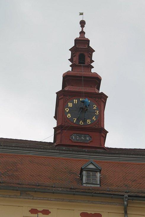 Sundat ciferník nebylo možné kvůli větru, horolezec tak alespoň odmontoval rafičky věžních hodin.