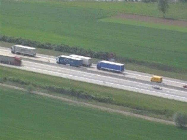 Policejní helikoptéra kroužila nad dálnicí dvě hodiny. Za tu dobu nachytala jedenáct řidičů, kteří porušili předpis. (snímek je z kamery ve vrtulníku, omluvte proto jeho sníženou kvalitu)