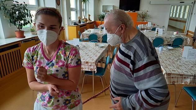 Senioři v lesnovském domě pro seniory si tradiční pomlázku užili se vším všudy. Přípravám se věnovali celý uplynulý týden.