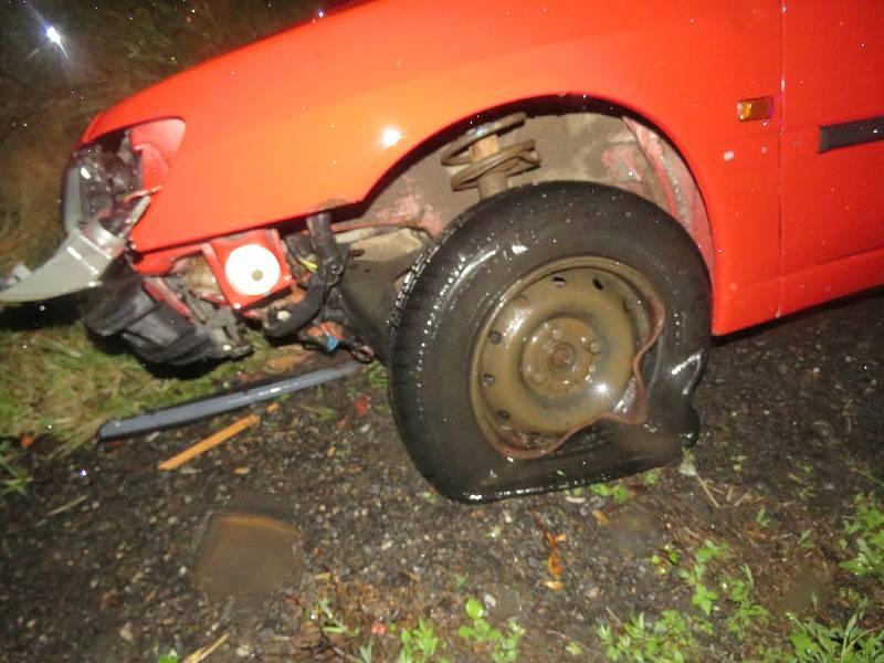 Padající stromy poškodily auta.