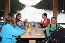 První hosté si v pátek vychutnali výhled z nového občerstvení v jihlavském lyžařském areálu na Šacberku. Do skibaru se vejde přes padesát lidí.