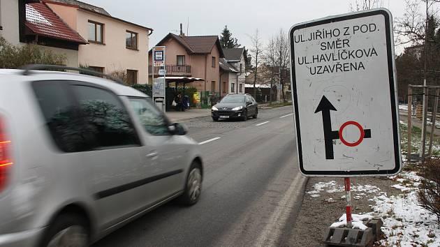 Ulice Jiřího z Poděbrad je uzavřená, práce stojí a řešení celé situace se nepříjemně natahuje.
