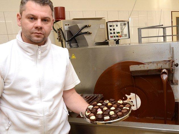 Čokoládovna ve Vyskytné nad Jihlavou v těchto dnech zažívá pravý předvánoční shon. Objednávek na čokoládové pochoutky jsou nyní stovky. V čokoládovně si neoddechnou ani po Novém roce, kdy sice ubude zakázek, ale práce nikoli.
