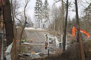 Most mezi Jihlavou a Pelhřimovem už je minulostí. Do října tam dělníci postaví nový.