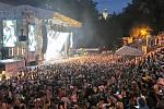V pátek zábavu na Vysočina festu rozproudila česká punková kapela Visací zámek (na snímku vpravo). Ten poté vystřídal Xindl X a Marek Ztracený. Na hlavní scéně v pátek vystoupila Hana Zagorová, Michal Hrůza, skupina Kabát a slovenská kapela No Name.