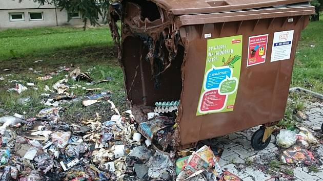 Zničené. Na jihlavském sídlišti Březinky vzplály nad nedělním ránem kontejnery. Neznámý žhář tam poničil více než deset nádob na odpady, které musely Služby města Jihlavy během včerejška nahradit.