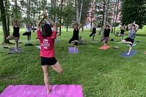 Cvičení jógy v parku