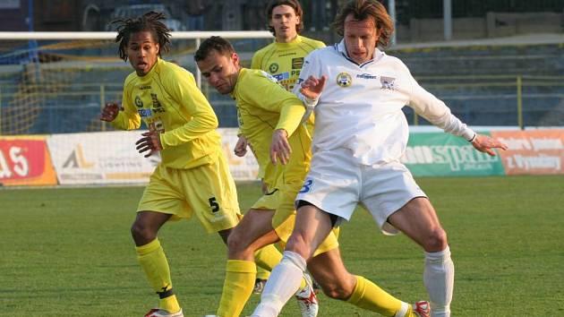 Jihlavští fotbalisté (ve žlutém zleva Theodor GebreSelassie, Petr Faldyna a Ondřej Šourek) potřebují proti Vítkovicím nutně uspět. Z posledních tří zápasů totiž získali jediný bod.