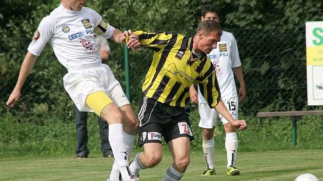V úvodním zápase sezony si kapitánskou pásku navleče Michal Kadlec (v bílém), který v průběhu přípravy laboroval se zraněním.