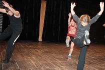 Alena Pešková chlapcům ukazuje, jak mají správně tančit.