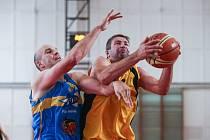 Jestli si jihlavští basketbalisté (ve žlutém Jakub Dokulil) ještě zahrají, je stále ve hvězdách.