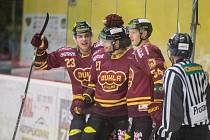 Ve Frýdku-Místku se radovali jihlavští hokejisté pětkrát, dva góly Dukly vstřelil Jiří Fronk (vpravo).