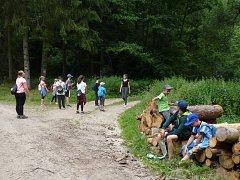 Celodenní výlet po turistických značkách, i to je tradiční náplň letních táborů pro děti.