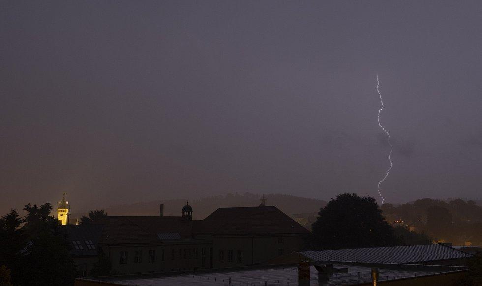 Zachycená bouřka v Humpolci ve čtvrtek kolem druhé hodiny ranní.