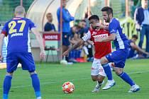 Fotbalové utkání mezi FK Pardubice (ve červenobílém) a FC Vysočina Jihlava, ilustrační foto.