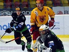 Po dlouhé době si jihlavský výběr juniorů (ve žlutém Tomáš Mejzlík) připsal tři body. Třineckým nasypal na jejich ledě šest branek.