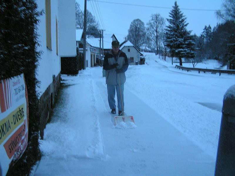 Vysočinu v noci z neděle na pondělí zavalila sněhová nadílka, potýkali se s ní chodci i řidiči.