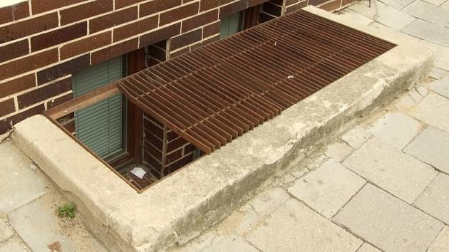 Nebezpečný rošt číhá na chodce ve Věžní ulici v Jihlavě u domu Pozemních staveb.