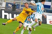 Přestože na snímku jihlavský útočník Stanislav Tecl  urputně bojuje s dvojicí hráčů Čáslavi, průběh zápasu byl naprosto jednoznačný. Jihlava nasázela soupeři šest branek.