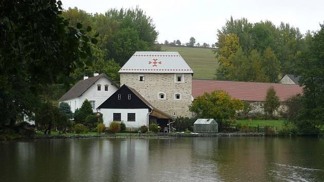 Kostel a tvrz. Kostel Narození Panny Marie v Želivě a tvrz v hospodářském dvoře v Sudkově.