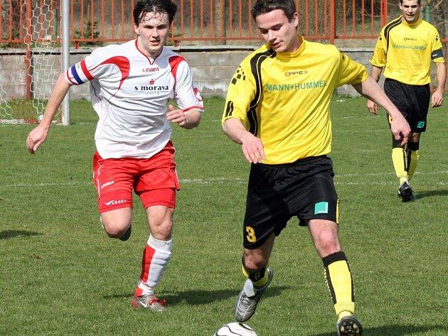 Fotbalisté Staré Říše (vlevo Jaroslav Pytlík) v Koutech pomýšleli do 84. minuty na jednobodový přírustek, ale nakonec domácím podlehli 1:2.