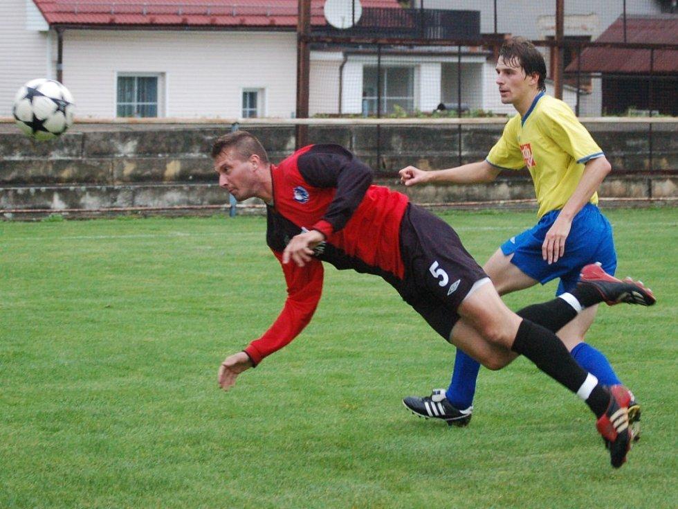 Fotbalisté Humpolce (v červenočerném Michal Černík v souboji s velkobítešským Radimem Hammerem) si před důležitými zápasy o čelo tabulky zvedli sebevědomí. Na domácím hřišti totiž smetli čtyřmi góly Velkou Bíteš.