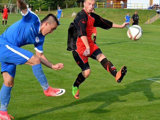 Kostelec (v červeném) derby v Telči nezvládl, prohrál vysoko 0:4.