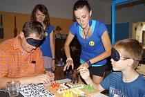 Letní kavárna potmě na Prázdninách v Telči nabídla zájemcům možnost vyzkoušet si nejrůznější činnosti a aktivity, třeba klasickou stolní hru Člověče, nezlob se bez použití zraku.