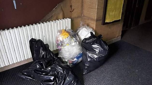 U pivovaru a zimního stadionu uklízeli odpadky klienti jihlavského Vrakbaru. Vysbírali několik pytlů.