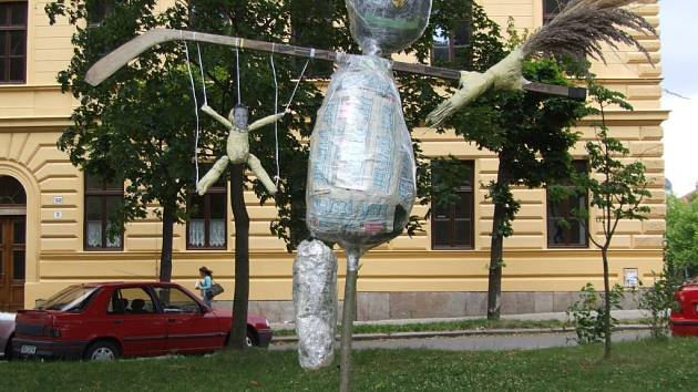 Satira. Anonymní sochař umístil svůj výtvor ve Smetanových sadech.