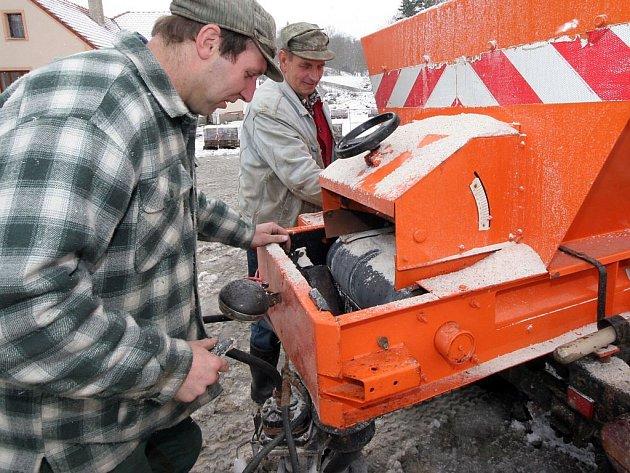 Se sněhovou pokrývkou se každý pere, jak umí. Veškerou těžkou techniku na úklid nasadili i v Lukách nad Jihlavou (na snímku).
