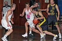 Basketbalisté BK Jihlava (v černém) v sobotu na půdě žďárské rezervy neuspěli. Stejného soupeře pak o den později porazili na své palubovce.