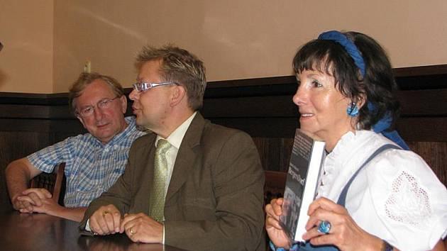 Spisovatelka Herma Kennel (vpravo) ve své knize uvádí nepříjemná svědectví. Jedním z nich je i popis událostí poblíž Dobronína. Na snímku s manželem Gerbhardem Kopernikem (vlevo) a jihlavským amatérským badatelem Jiřím Vybíhalem (uprostřed).