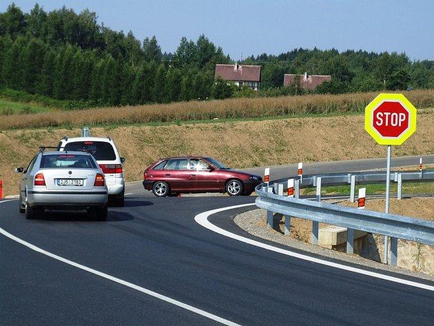 Tuto stopku cyklistka nerespektovala. Ke změně dopravního značení a přednosti v jízdě došlo včera. Výpadovka na Znojmo už není hlavní silnice.