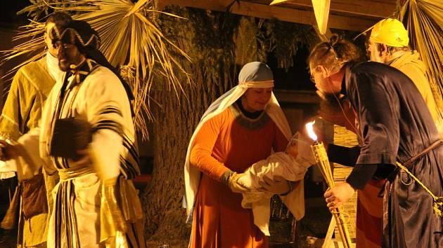 Poprvé. V Dolní Cerekvi se o víkendu poprvé pustili do živého betlému. Přihlíželo mu několik desítek diváků. Na Štědrý den mohou lidé například do Třeště ke kulturnímu domu.