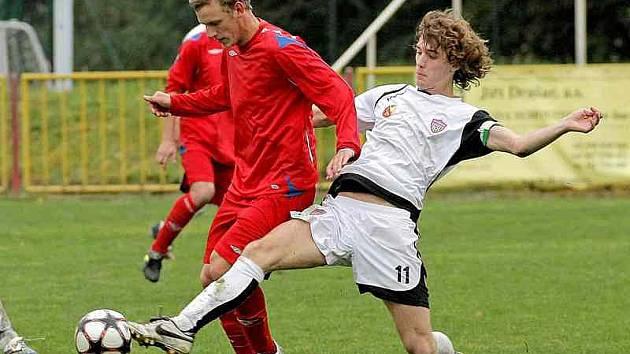 Fotbalisté Třebíče (v červeném dresu Martin Linhart) i Vrchoviny (v bílém Kamil Skalník) se zatím střelecky trápí.