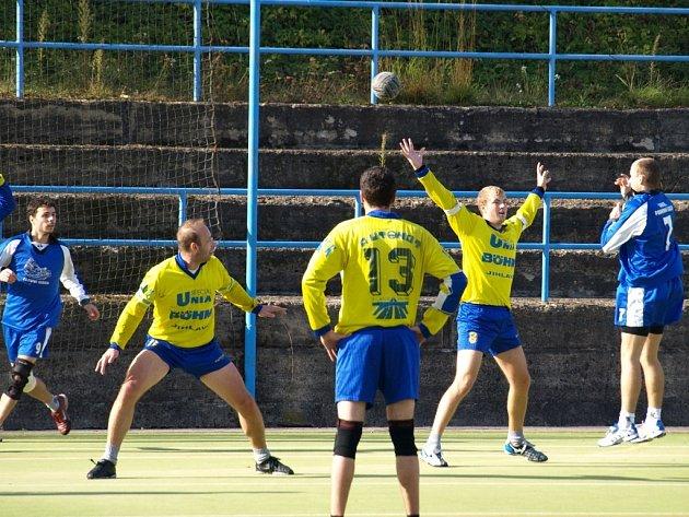 Hráči jihlavského Autonotu (ve žlutém) si po výhře v Rokytnici dělali zálusk na body i ve Veselí nad Moravou, které ale doma jihlavskému celku body nedarovalo.