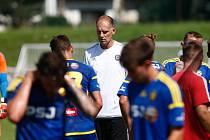Trenér Michal Kadlec (v bílém) si nevyčítá, že jeho tým postoupil do MSFL, kde z jedenácti utkání vyhrál jediné. Bere to jako dobou zkoušku pro své svěřence.