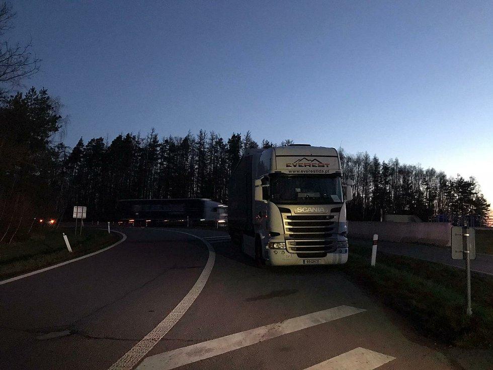 Policisté z dálničního oddělení Velký Beranov se zaměřili na kontroly řidičů kamionů, kteří parkují na dálnici D1.
